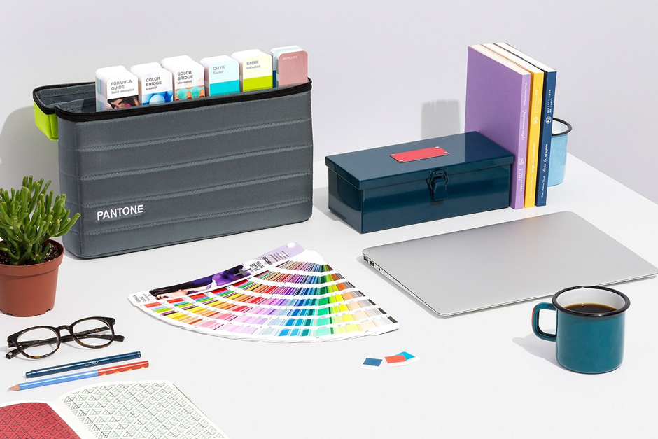 gpg304m-pantone-graphics-plus-series-pms-spot-color-guides-portable-guide-studio-lifestyle-1_1.jpg?x-oss-process=style/comp
